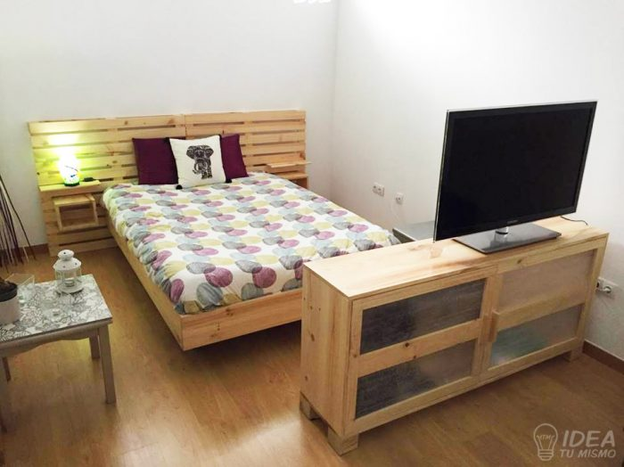 Cabecera cama palets idea tu mismo for Base de cama hecha con tarimas